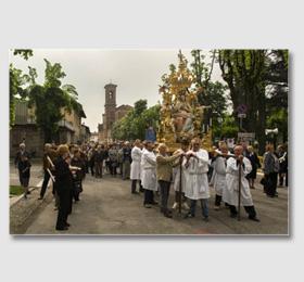 Un cambio di portatori nel percorso di via Cavour ‑ Portatori Festa 6 maggio Beata Madonna Vergine Maria