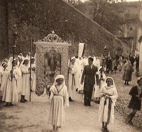 """Duplice fila di """"Figlie di Maria"""" che apre la processione del 6 maggio di Sommariva del Bosco in provincia di Cuneo"""